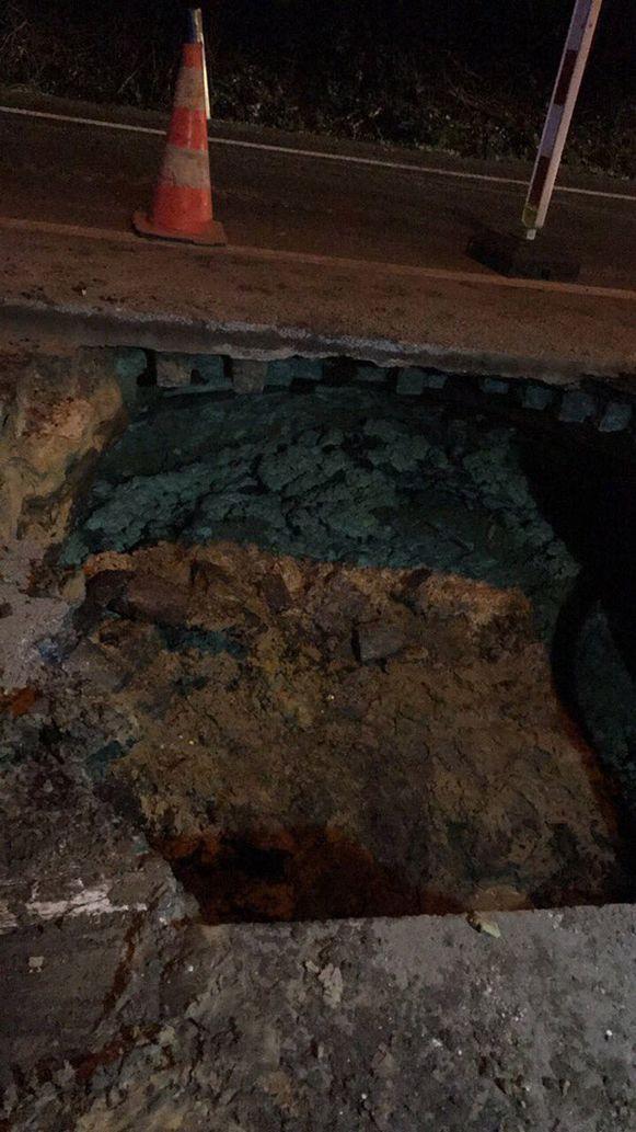 De breuk in de leiding werd gisteravond al hersteld. De N111 is vanochtend nog steeds afgesloten als gevolg van de grondverzakking.