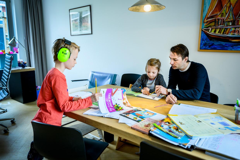 De vrouw van Frank Jansen is neuroloog. Zelf werkt hij thuis. Zijn kinderen Hidde (8) en Linde (6) geeft hij nu ook les.
