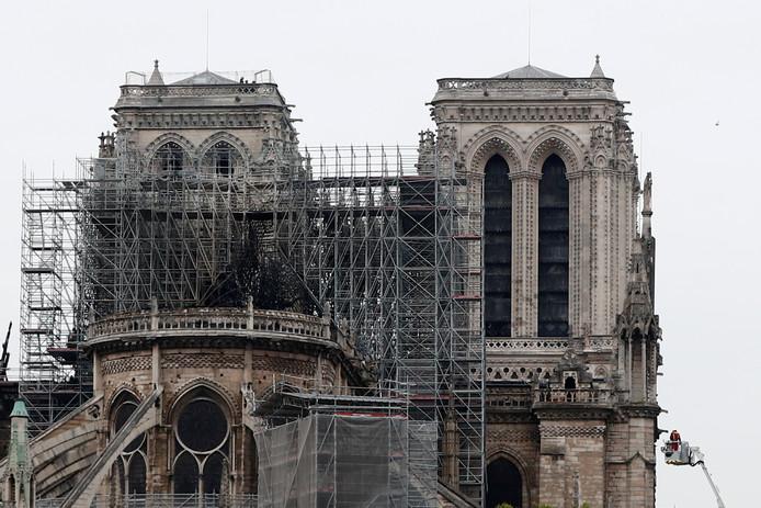 De Notre-Dame in de ochtend, na de vuurzee.