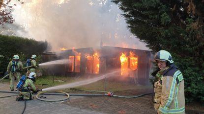 Houten chalet op camping gaat in vlammen op