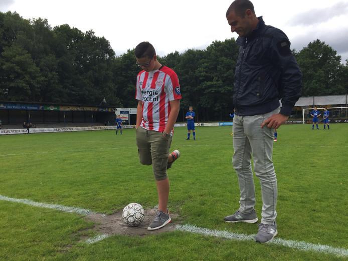Jelte verricht samen met oud-voetballer Danny Koevermans de aftrap voor de eerste wedstrijd van het Jurre Janssen Toernooi