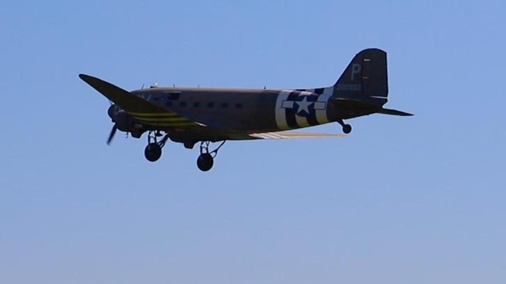 Brommende oorlogsvliegtuigen kijken bij Wings of Freedom
