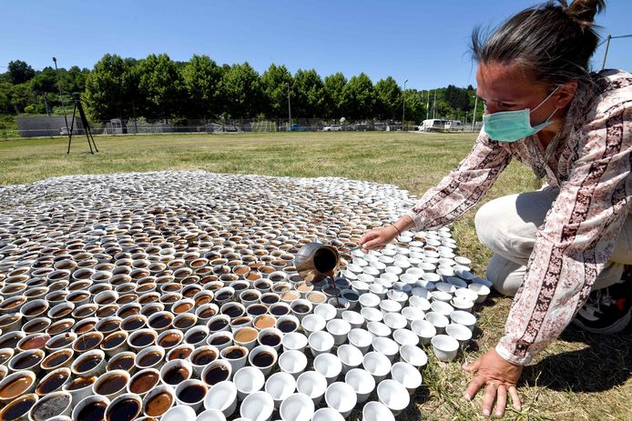 Aida Sehovic schenkt traditionele koffie voor 8000 doden.