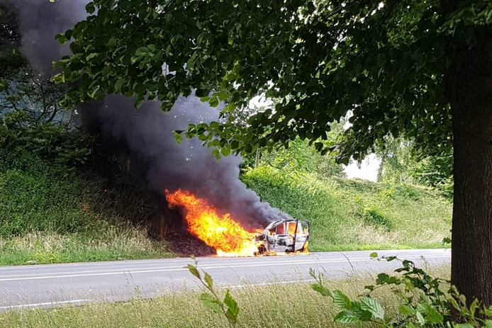 Auto uitgebrand op N268 in Oud Gastel