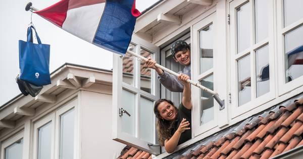 Mats en Luba uit Arnhem hangen na lang wachten op uitslag de schooltassen in de vlaggenmast - De Gel