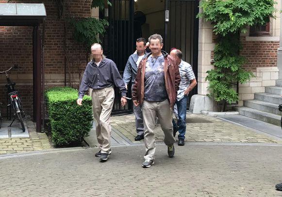 Archieffoto: Willem S. (met bruine lederen jas) bij een eerdere verschijning voor de raadkamer