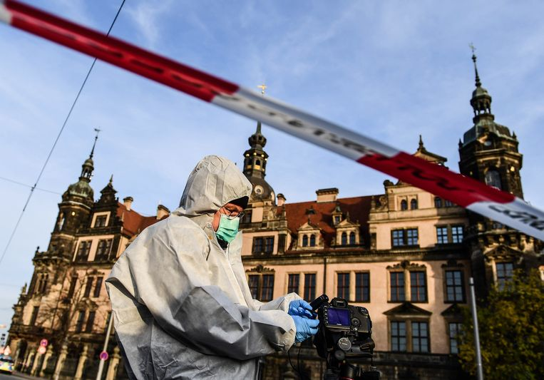 Een forensisch inspecteur onderzoekt de omgeving  waar de spectaculaire roof plaatsvond in de nacht van zondag op maandag.