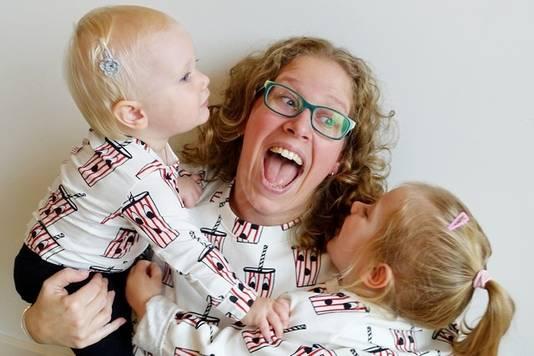 Janske (34) met haar twee kinderen.