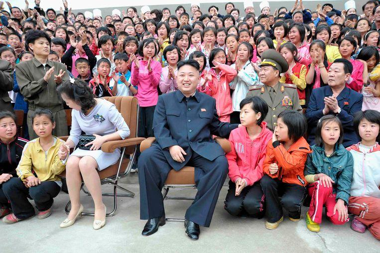 Kim Jong-un en zijn echtgenote in mei tijdens een bezoek aan een kinderkamp. Beeld Reuters