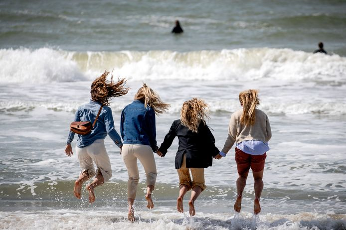 Nabestaanden springen over golven heen tijdens de uitvaart.