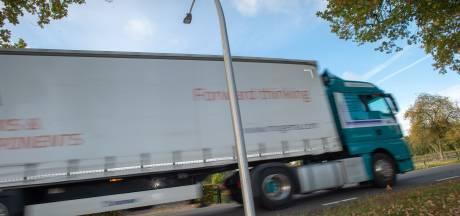 Nieuwe lichtmasten buigen zich over verkeer in Epe
