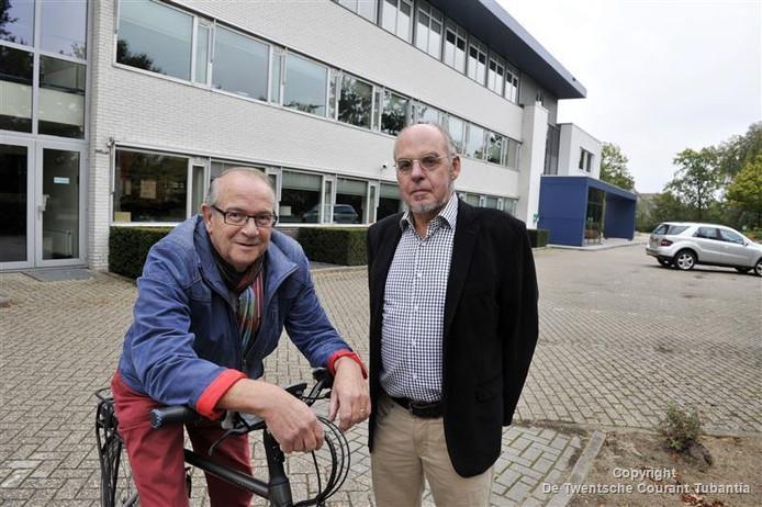 Joop Heesink (l) en Henk Bruggink voor het pand van BAM in Oostmarsum