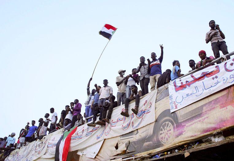 Betogers roepen om het vertrek van president al-Bashir bij een demonstratie in de hoofdstad Khartoem.  Beeld Reuters