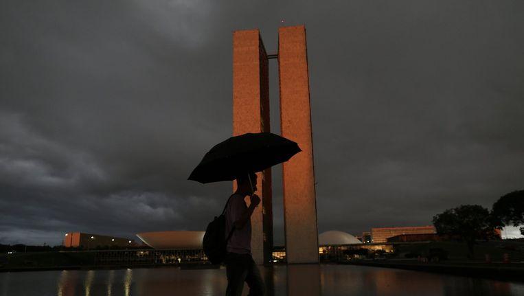 Donderdag viel er voor het eerst in lange tijd weer eens flink wat regen in Brasilia. Op de foto het gebouw waar het crisisberaad over de droogte wordt gehouden. Beeld reuters
