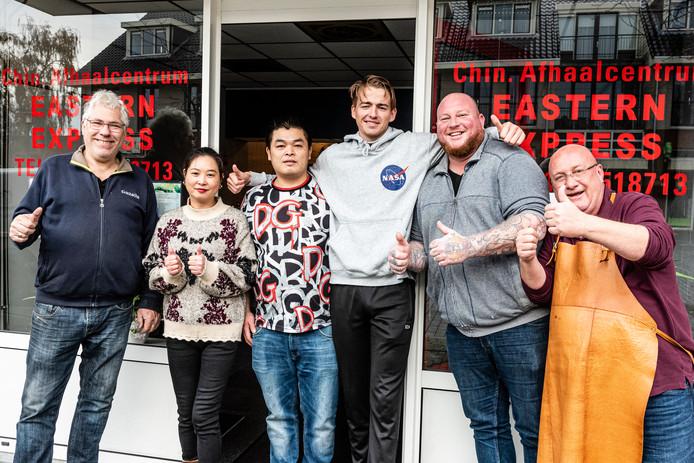 Vlnr: Cees Veenhuis (fietsenmaker), Ling Ling, Jian Zhu (eigenaar Eastern Express), Daniek de Groot (loempialiefhebber), Leon Hanswijk (cafe De Jager) en Jan Kwakkenbos (HairClub)