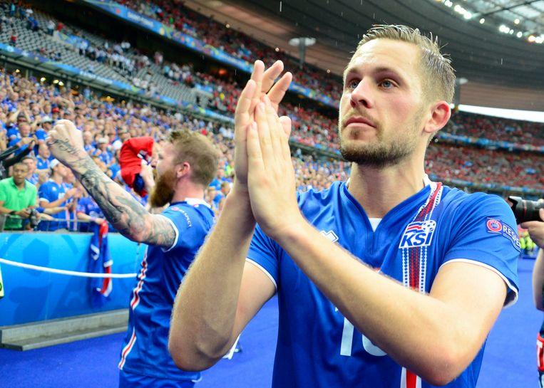 Sigurdsson bedankt de meegereisde fans. Beeld photo_news