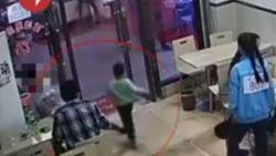 Zwangere vrouw laat kleuter met opzet struikelen in restaurant