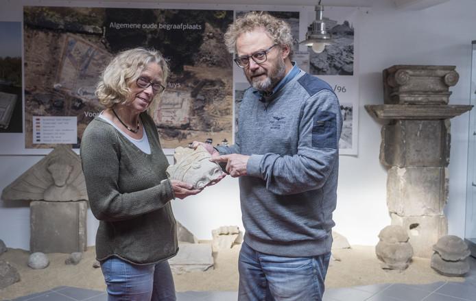 Hans en Ellen Beerens in de archeologieruimte.