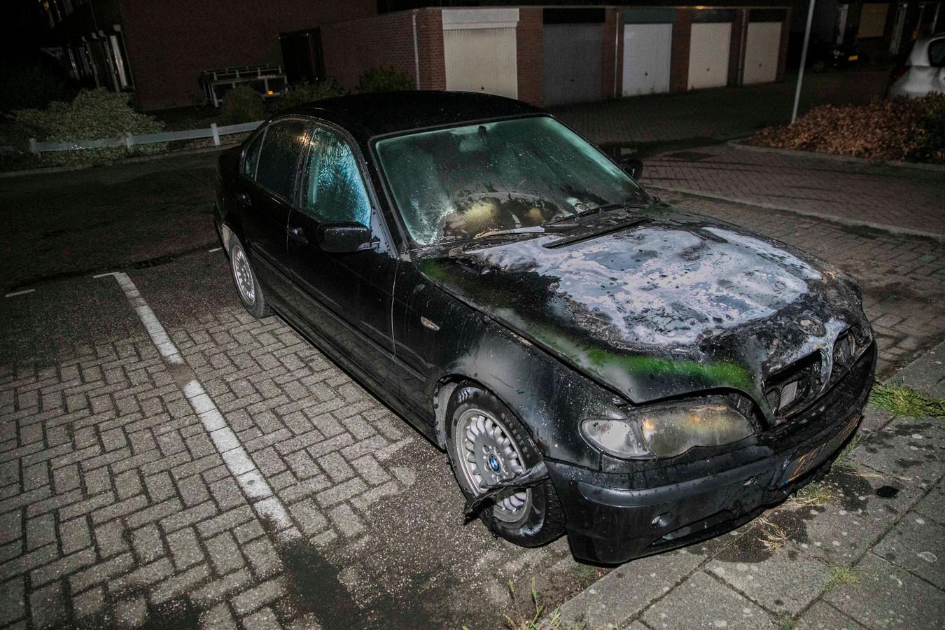 De zwaar beschadigde auto na de brand in Pannerden.