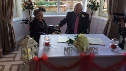 """100-jarige dame trouwt met 26 jaar jongere partner: """"Het was zeker al dat wachten waard"""""""