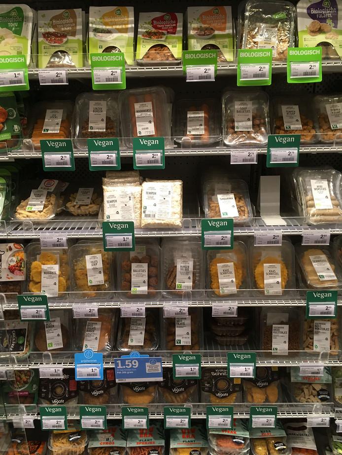 Mensen verdringen zich tegenwoordig in de supermarkt bij het schrap met vleesvervangers.