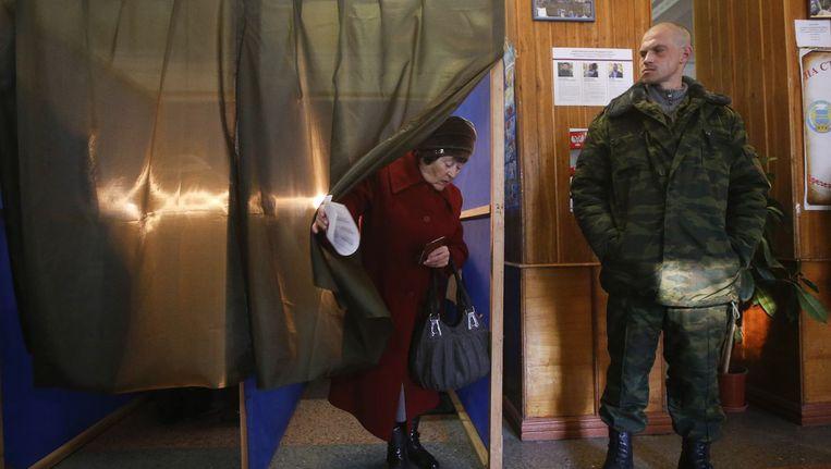 Een vrouw in Donetsk heeft net haar stem uitgebracht. Beeld reuters