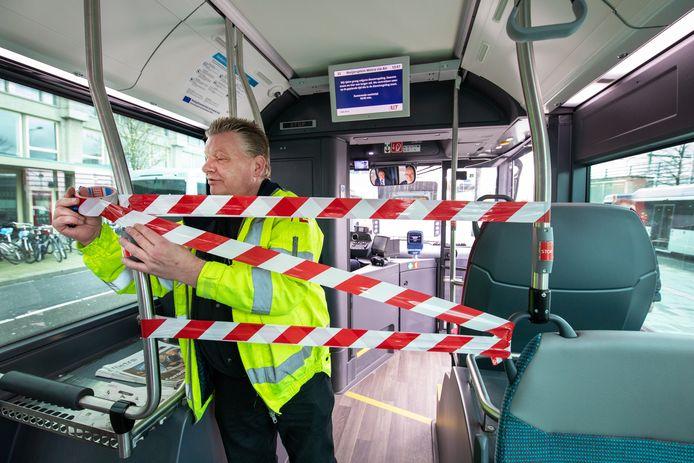 Bussen, trams en metro's zitten door de coronacrisis niet meer vol en dat scheelt veel inkomsten.