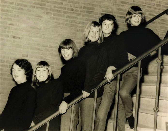 Het 'gilmeisje' Olga Minke (tweede van links) op een schoolavond van de Huishoudschool, 1965.