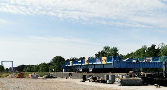 Het brugdek ligt op een ponton verderop richting Kapelle-op-den-Bos te wachten op de montage morgen.