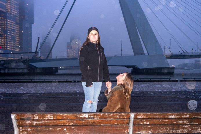 Marina in de stromende regen in Rotterdam waar morgen 'haar' ducumentaire in première gaat.