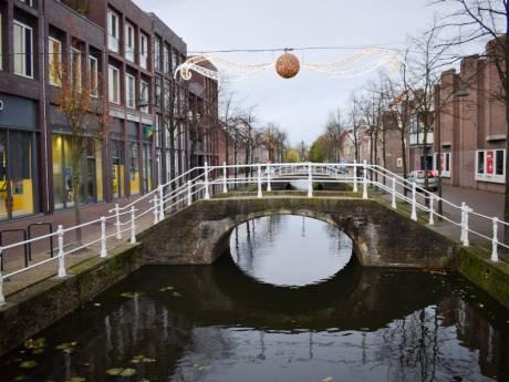 Waarom liggen er twee bruggen naast elkaar over een Delftse gracht?