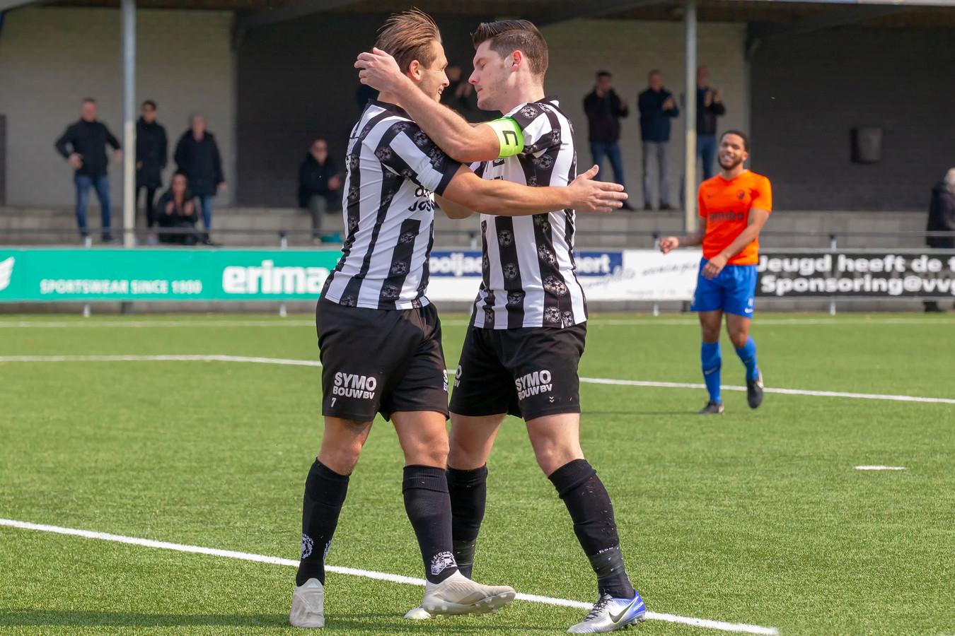Ralf Kemper (links) wordt door Thijs van Pol gefeliciteerd na de 1-0.