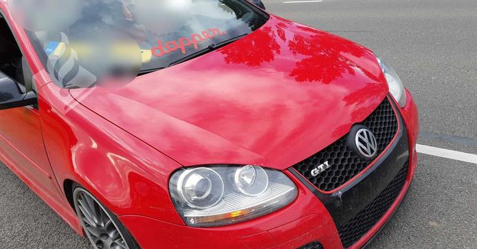 De bestuurder van de rode Golf GTI had de kentekenplaat achter de voorruit geplaatst.
