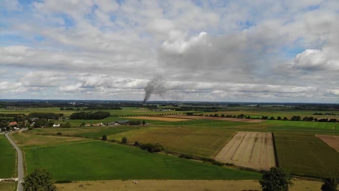 De brand in Beneden-Leeuwen is vanaf Oijen te zien.