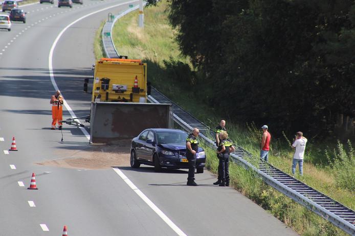 Een auto met aanhanger kantelde op de A2 bij Boxtel.