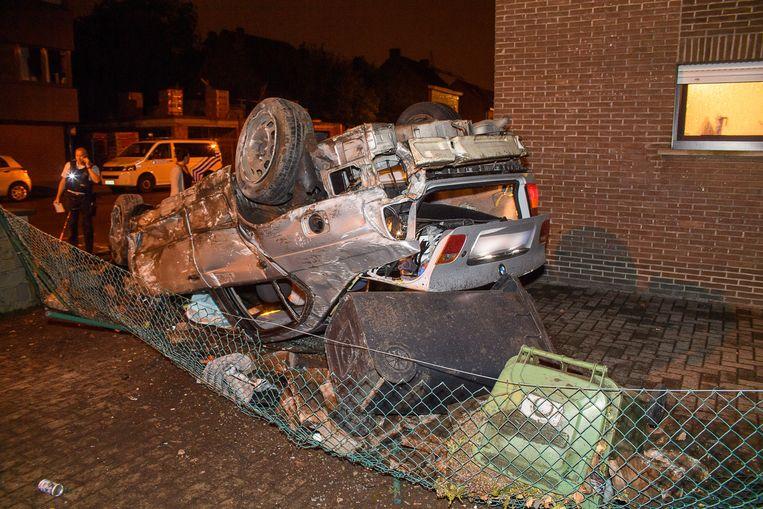 De BMW belandde op zijn dak.