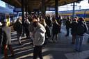 Tientallen mensen wachten op het perron in Woerden