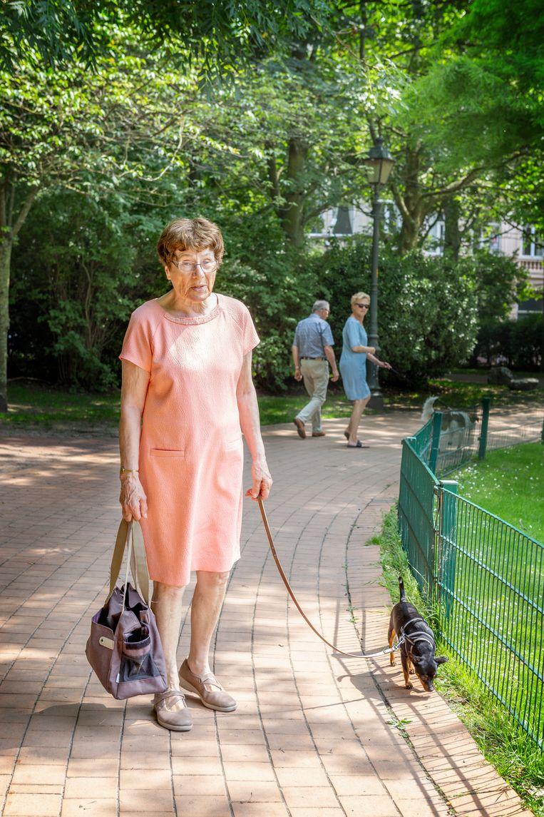 Een Oostendse met hond in het park.  Beeld null