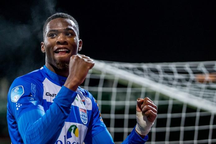 PEC Zwolle speler Kingsley Ehizibue bedankt de supporters na een wedstrijd in december.