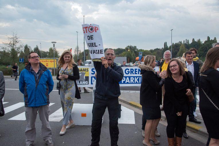Vlaams Belang en Voorpost protesteren tegen het beleid van Jan Jambon tijdens zijn bezoek aan de parking op de E40 in Wetteren.