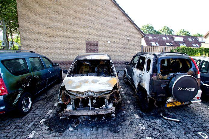 Twee auto's brandden uit op het Aletta Jacobs-Erf in Dordrecht, een derde raakte ernstig beschadigd. Tegelijkertijd vloog een cabrio aan de Slangenburg in de fik.