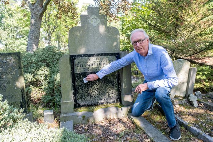 Jos Weijens bij het graf van zijn achterneef Frits Weijens op de Noorderbegraafplaats in Vlissingen. foto Dirk-Jan Gjeltema