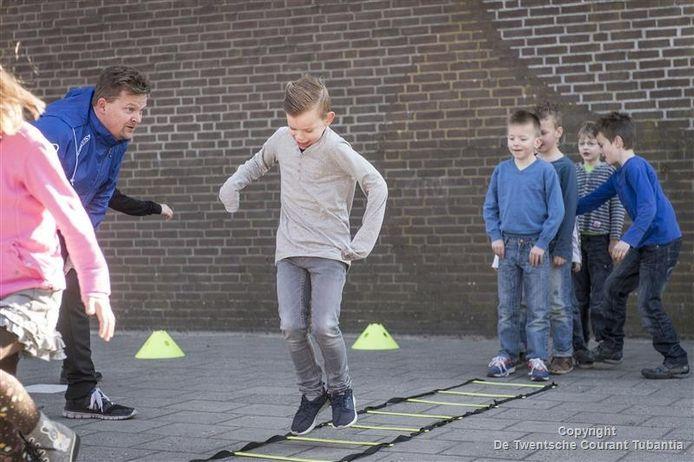 Voetbalcoach Peter van Meerten moedigt kinderen van De Sleutel aan die meedoen aan de sportcarrousel.