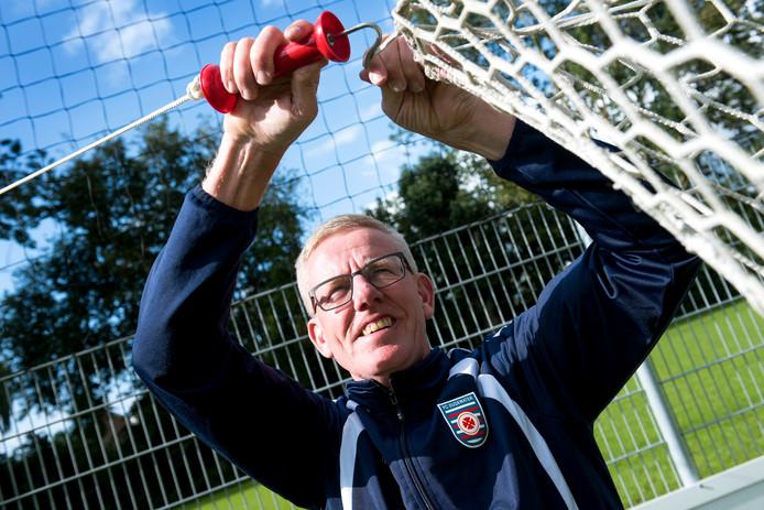 Bij FC Oudewater is Wil van der Neut consul, wedstrijdsecretaris en leider van het tweede elftal.