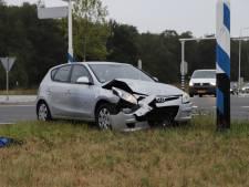 Auto belandt op zijkant door botsing in Boxmeer