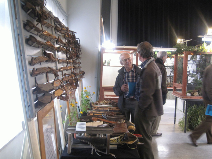 Wim van Rossum (links) geeft uitleg over zijn schaatsverzameling.