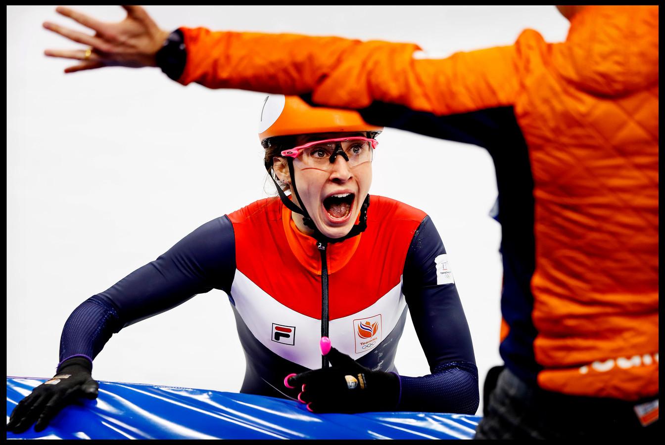 Na de finish zoekt  Suzanne Schulting met grote ogen vol verbazing de wijd openstaande armen van haar coach Jeroen Otter om de Olympische titel samen te vieren.