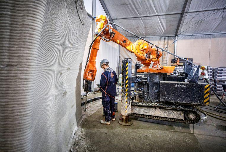 In Teuge wordt een gebouw geprint met cement.  Beeld Raymond Rutting/de Volkskrant