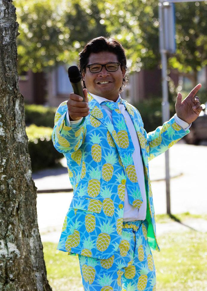 Bagiyo van der Leemputte zoals de meesten hem kennen: in kleurrijk pak en met een microfoon in de aanslag.