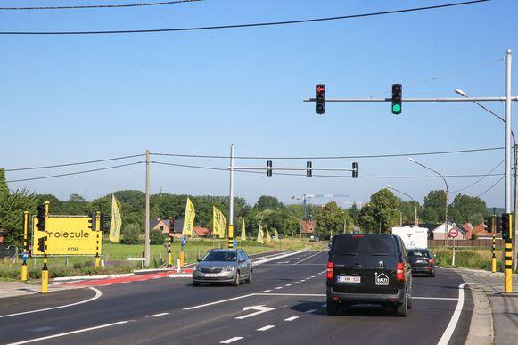 De nieuwe verkeerslichten op het kruispunt aan het koopcenter